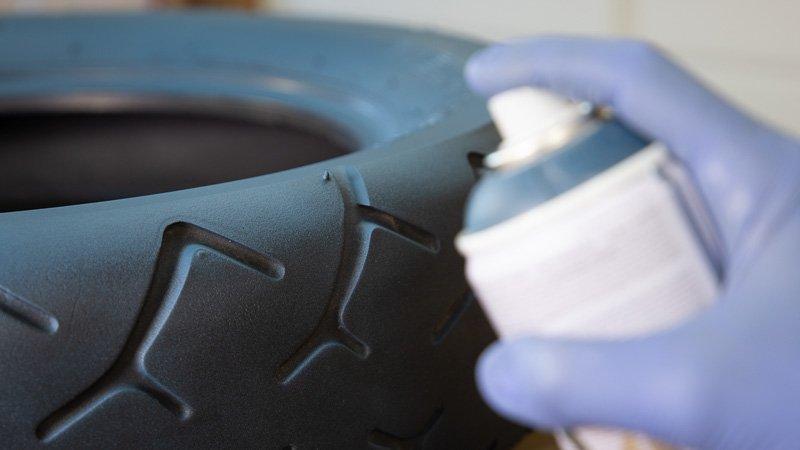 Detalle del pintado del neumático con spray
