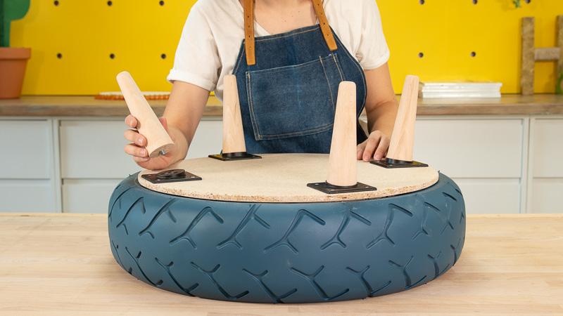 Atornillado de las patas en la mesita auxiliar de madera