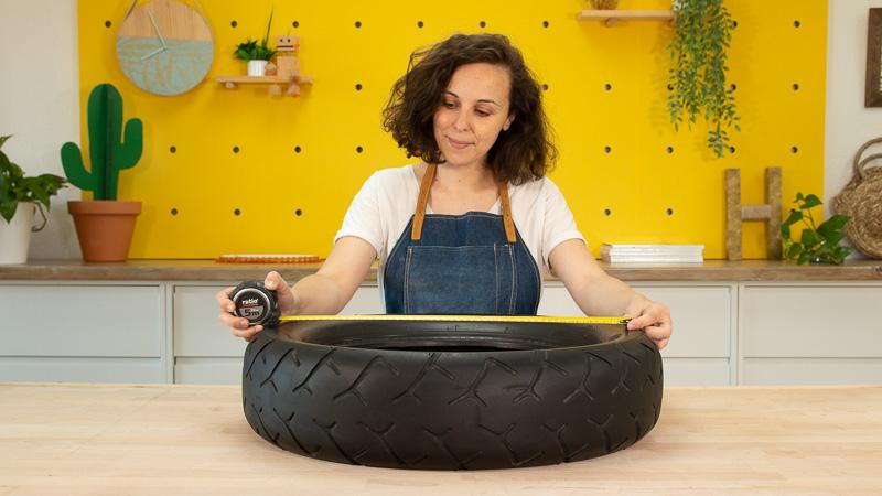 Medición del diámetro del neumático para crear dos piezas de madera con la misma medida
