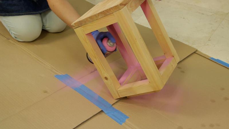 Pintando el mueble con pintura en spray
