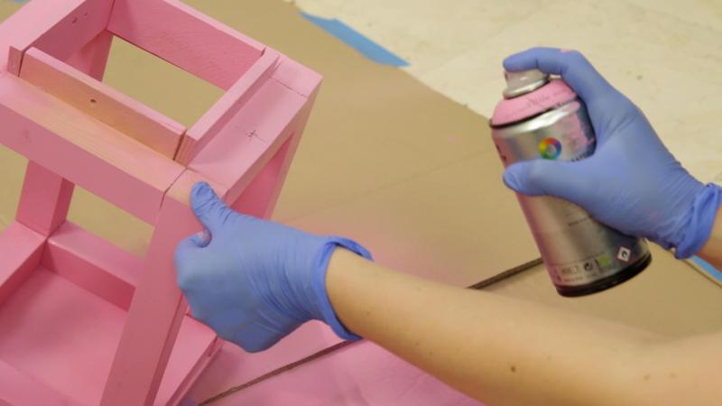 Aplicando la pintura en spray