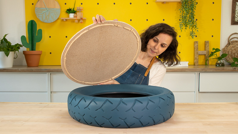Pegado de una pieza circular de madera sobre el neumático