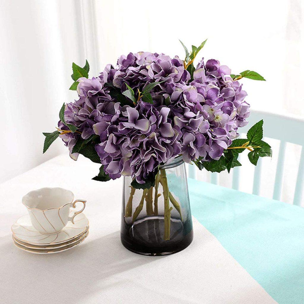 Hortensias artificiales en un jarrón