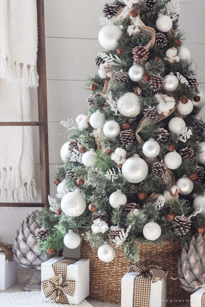 Árbol de Navidad decorado en blanco