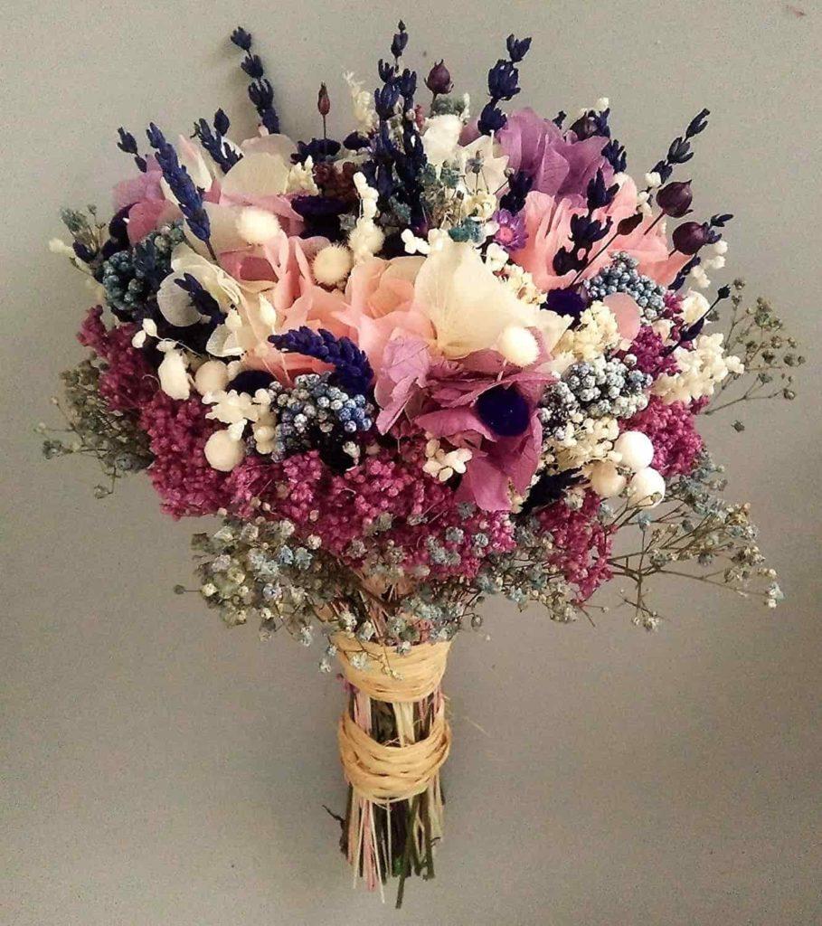 Ramo de flores preservadas en tonos pastel