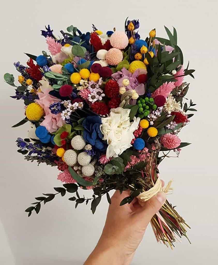 Ramo de flores preservadas de colores vivos