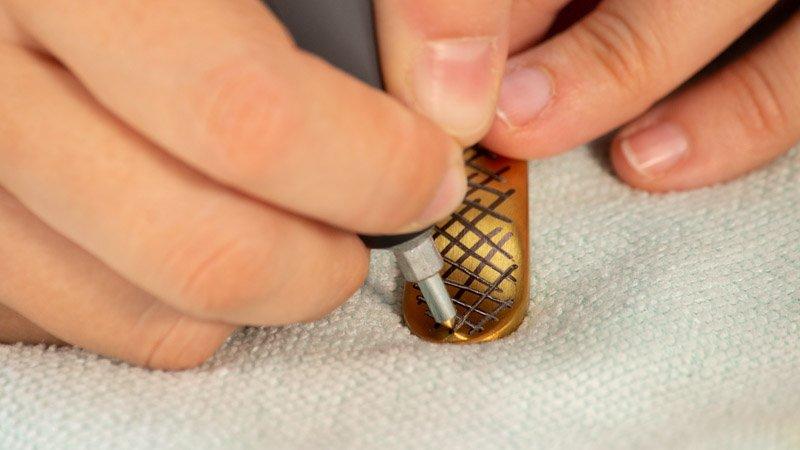 Personalización de un cubierto de metal con una grabadora