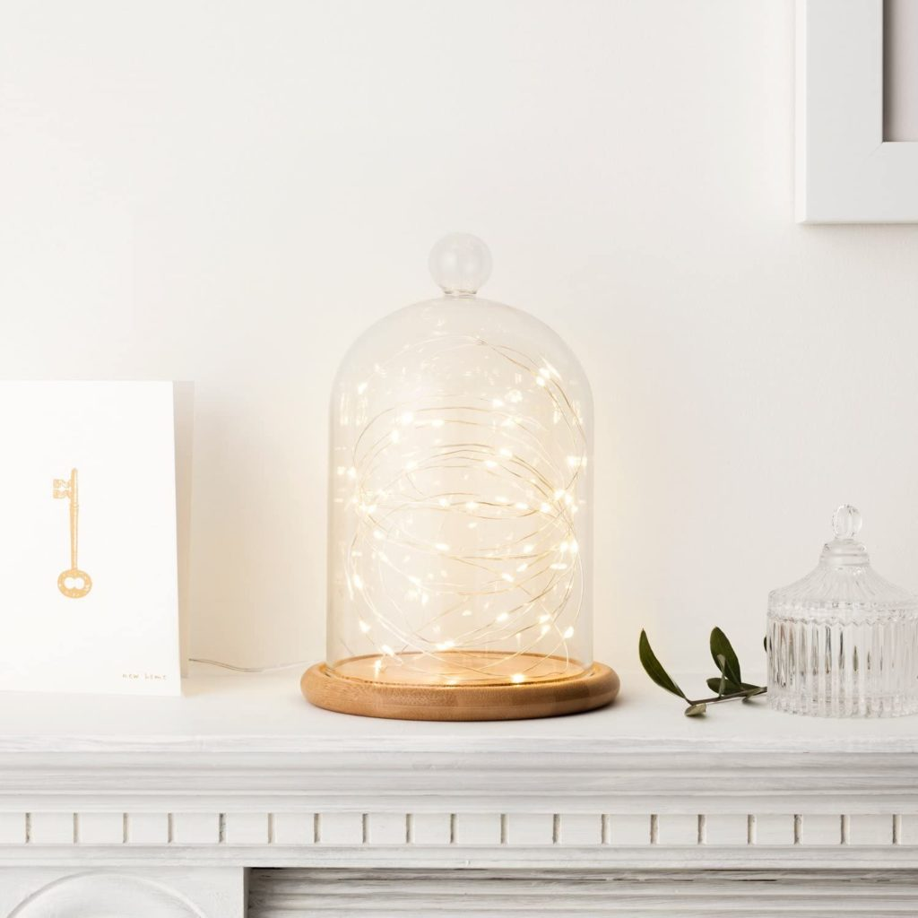 Guirnaldas de luces en una campana de cristal