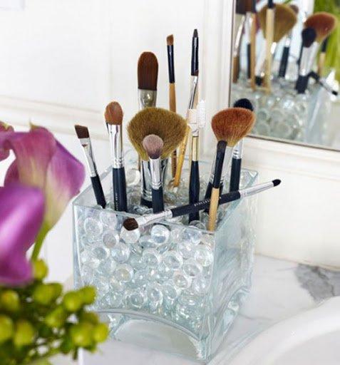 Tarro con piedras para brochas de maquillaje