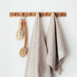 Cómo colgar accesorios sin hacer aguajeros