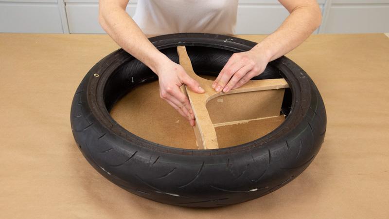 Pegado de una pieza embellecedora para tapar las uniones entre separadores de madera