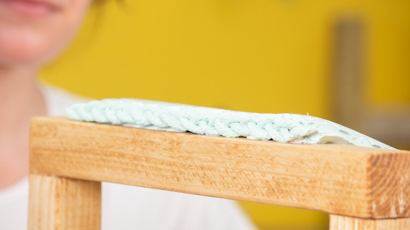 Detalle caucho fijado en listón de madera para crear taburete