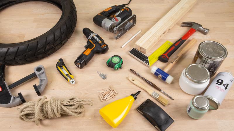 Herramientas para hacer un taburete de madera y caucho