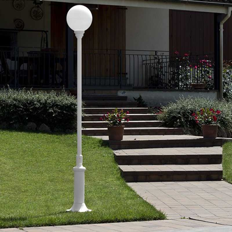 farola blanca para iluminar el jardín