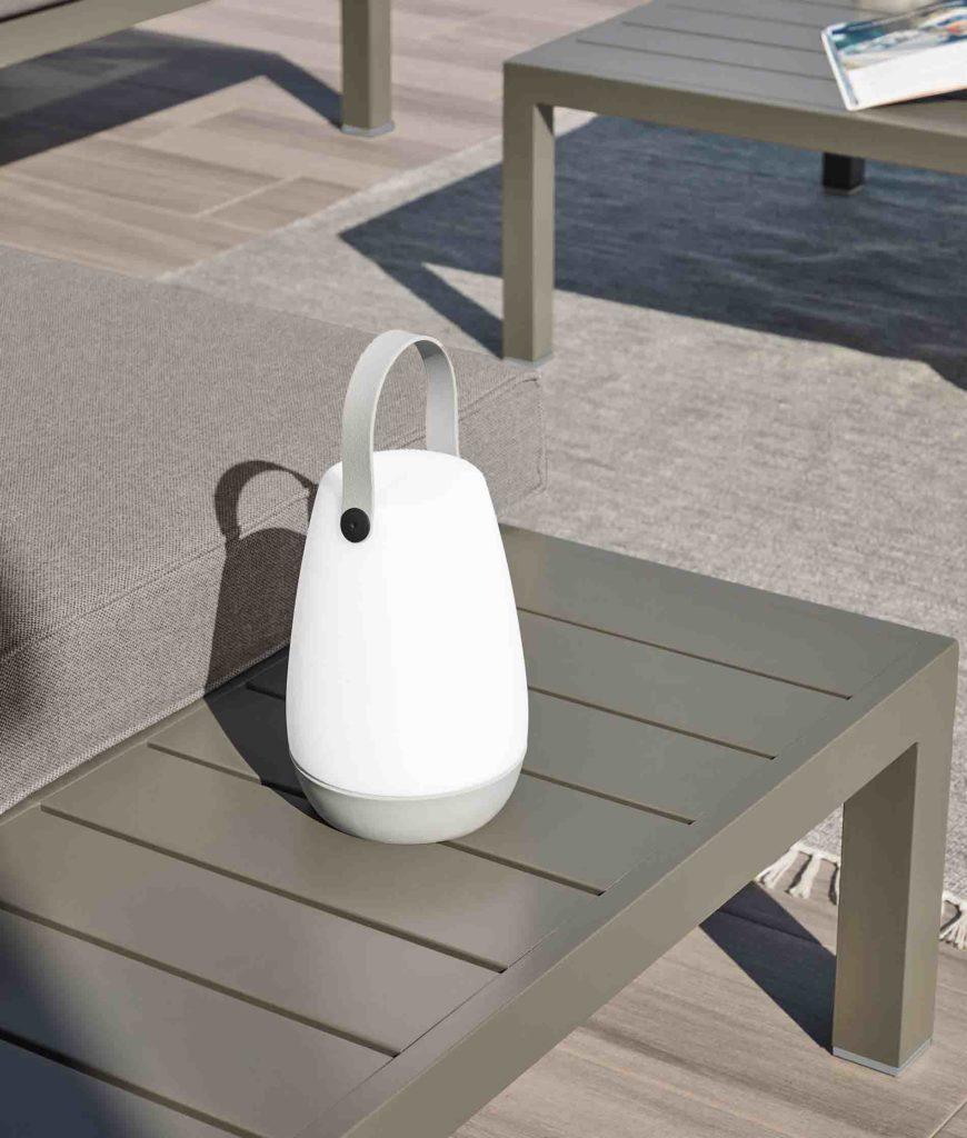 Lámparas blancas portátiles con asa para redecorar la terraza