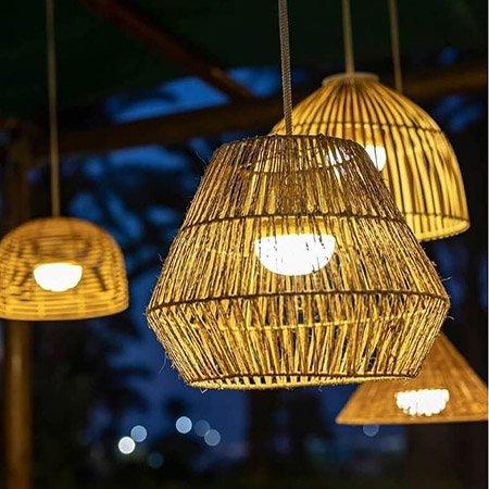 Lámpara de fibra natural para iluminar la zona del porche