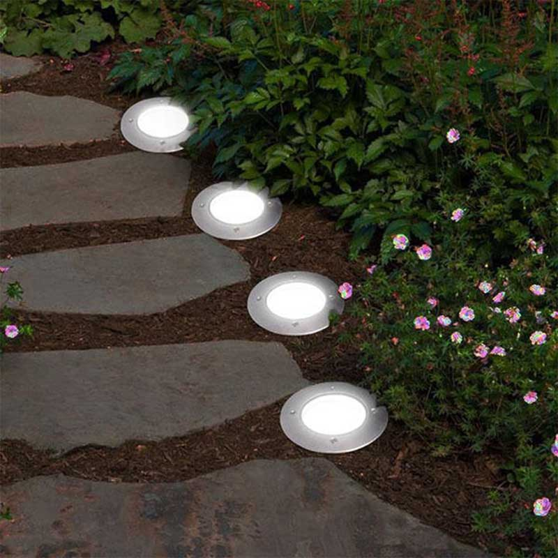 luces instaladas en el suelo para iluminar las áreas de paso del jardín