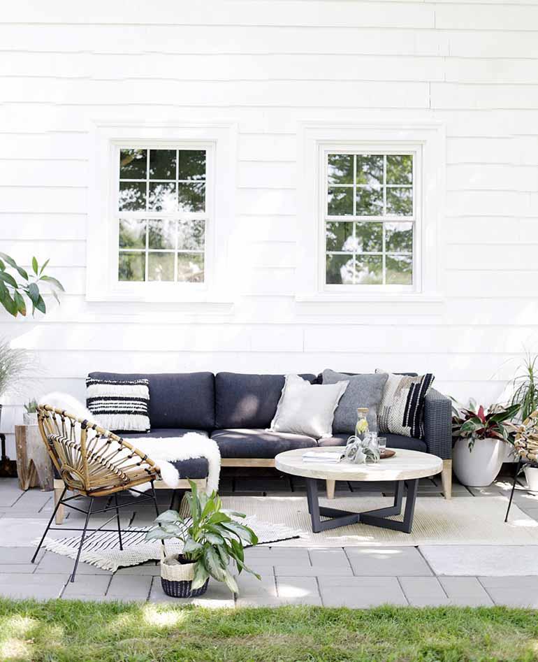 Terraza con sofás de exterior