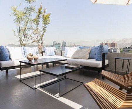 Redecora la terraza con mesas de centro en tono oscuro