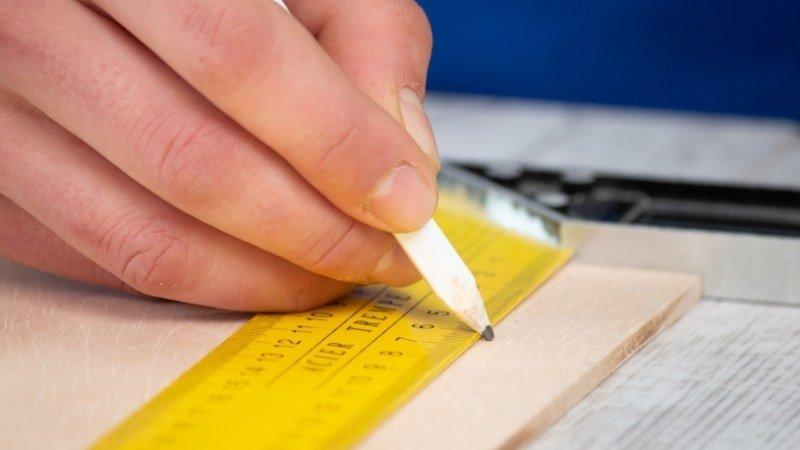 medir y dibujar contorno de las piezas para hacer la cajita flexible de madera