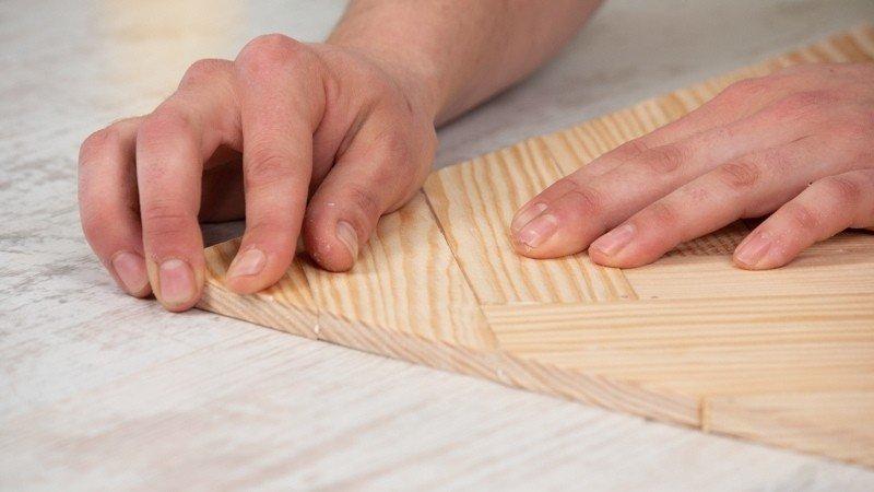 Piezas de madera pegadas con cola blanca para estructurar la base de la bandeja
