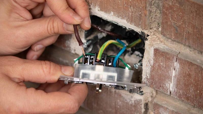 Conecta los cables a la nueva base para instalar el enchufe nuevo