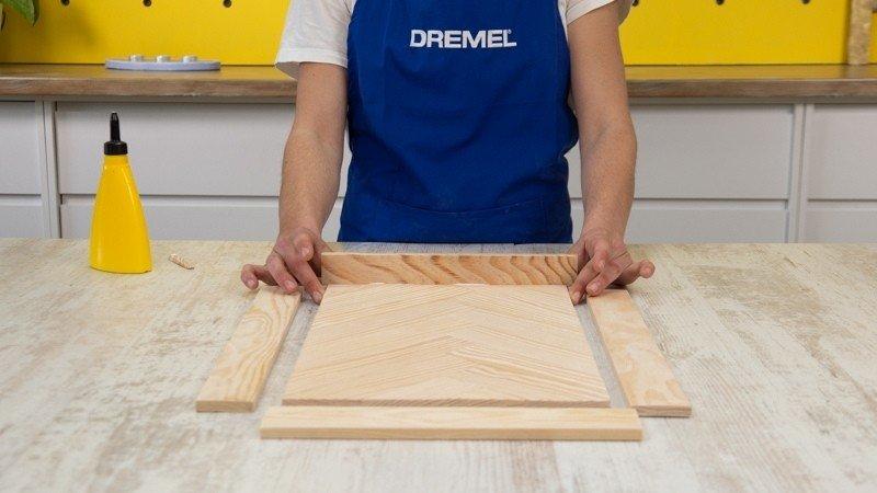 Listones laterales de la bandeja de madera pegados con cola blanca a la base