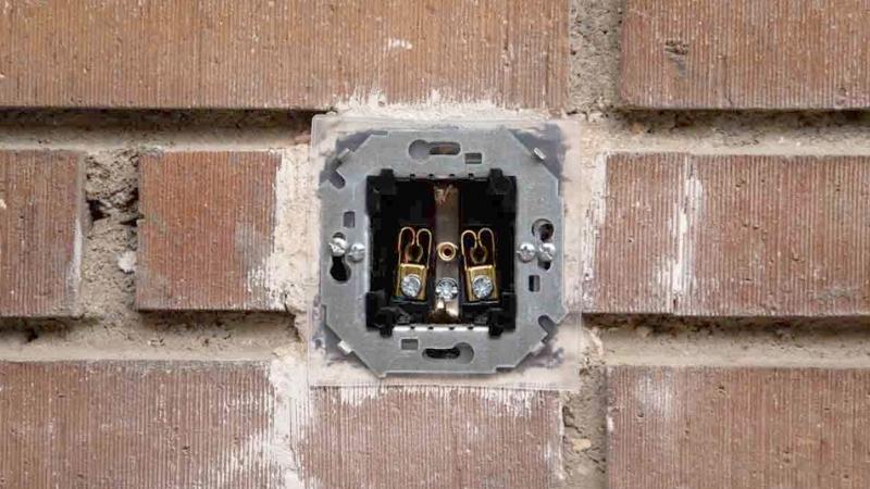 Cuatro tornillos para fijar el bastidor metálico y la membrana de estanqueidad