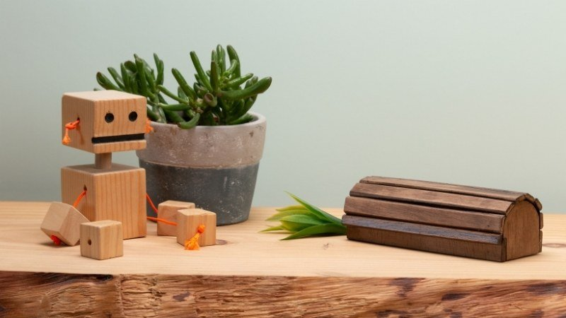 resultado final de la cajita de madera junto a elementos decorativos que puedes colocar en un mueble auxiliar