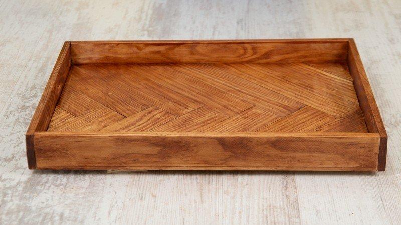 Bandeja de madera recubierta de barniz