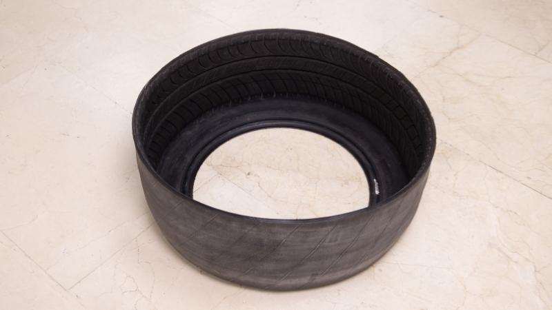 neumático dado la vuelta para tapar las marcas del exterior