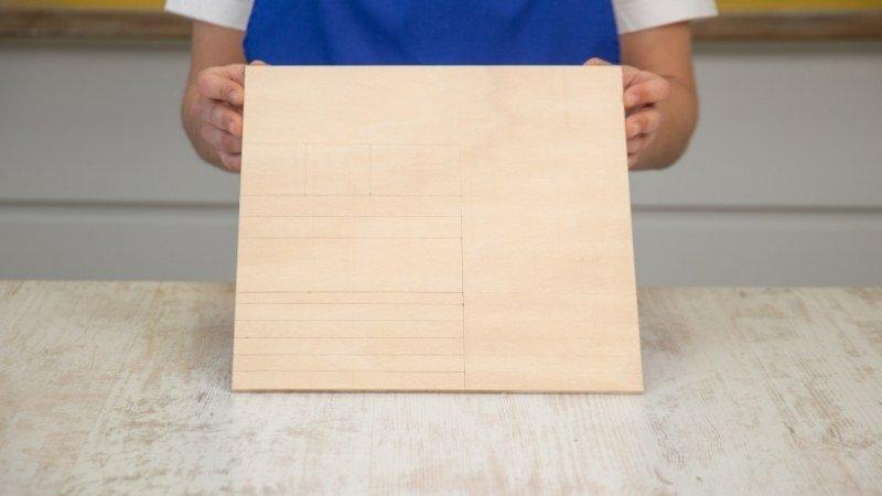 tabla de madera con las piezas de madera marcada para cortarlas
