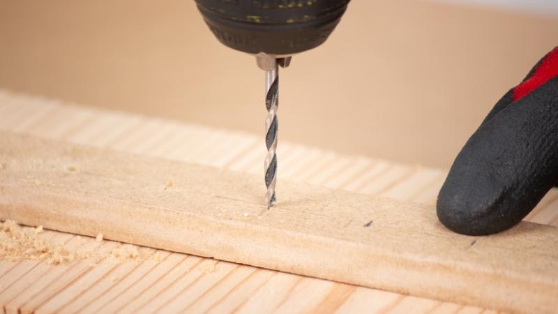 broca atravesando el listón de madera