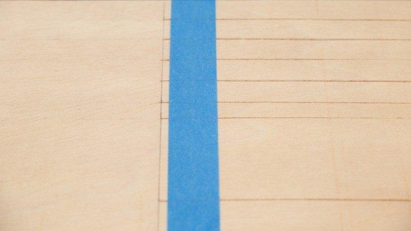 Cinta aislante azul para que no se muevan las piezas mientras son recortadas