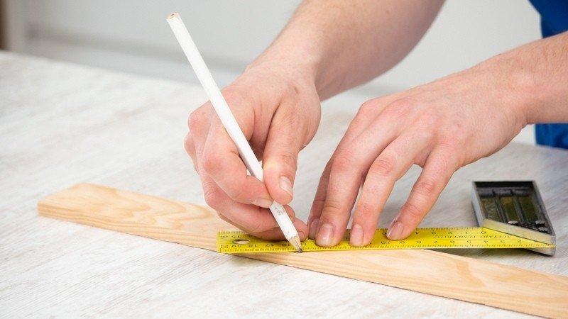Haz una línea diagonal en el listón con el lápiz
