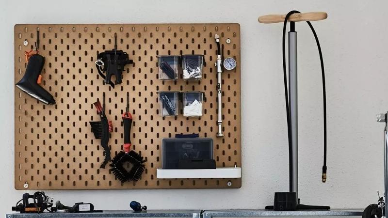 Organiza tu terraza con este tablero perforado para colgar las cosas