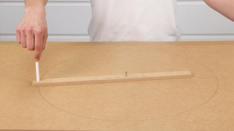 lápiz integrado en el listón para hacer un compás y trazar una circunferencia