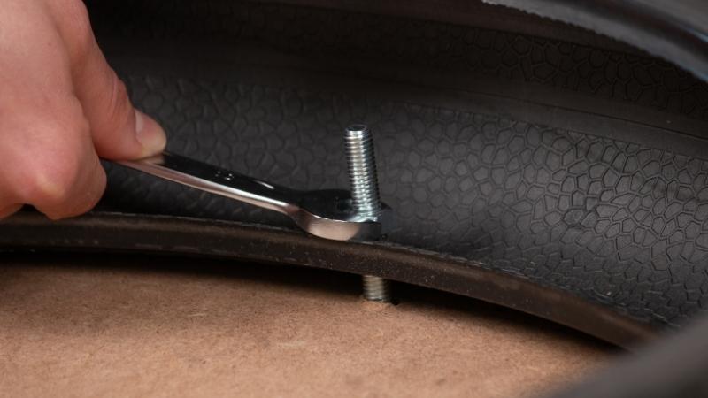 tornillo clavado a la goma del neumático