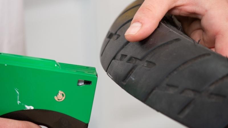 Grapa puesta en el neumático con grapadora