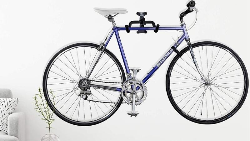 Organiza tu terraza con este soporte para colgar las bicicletas en la pared de la terraza