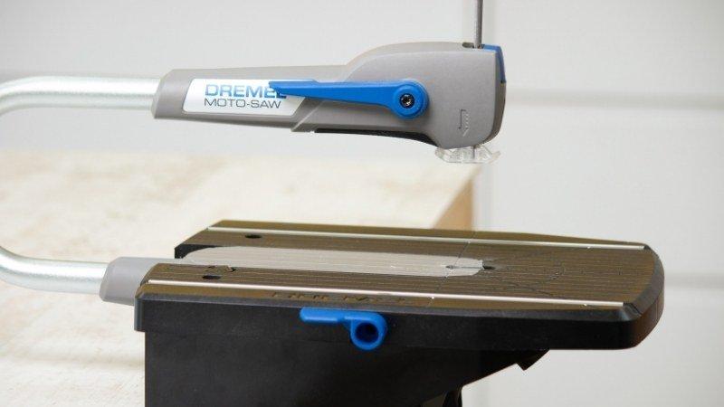máquina para recortar las piezas de madera de forma sencilla y uniforme
