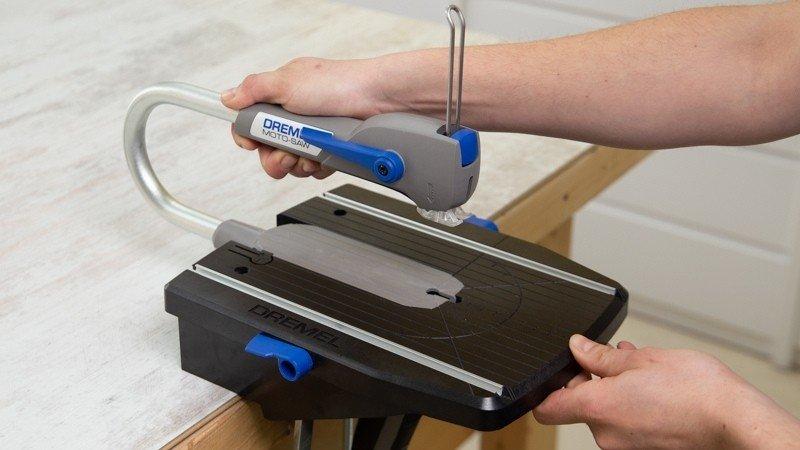 Sierra de calar Dremel moto-saw para cortar los listones que serviran como base de la bandeja de madera
