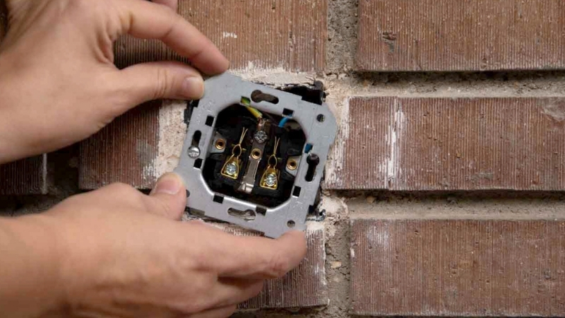 Bastidor metálico que ha quedado enganchado con dos tornillos a los laterales