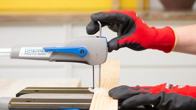 elemento metálico para ajustar objetos que vayan a ser cortados