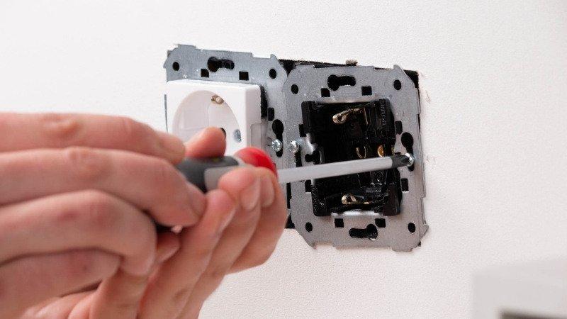 Quitar tornillos para extraer el mecanismo y proceder a instalar el enchufe con doble puerto USB