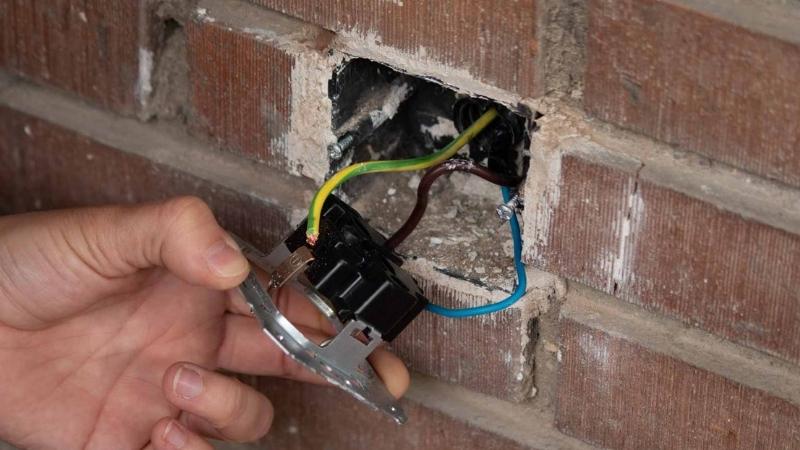 Desconectar los tres cables del bastidor metálico