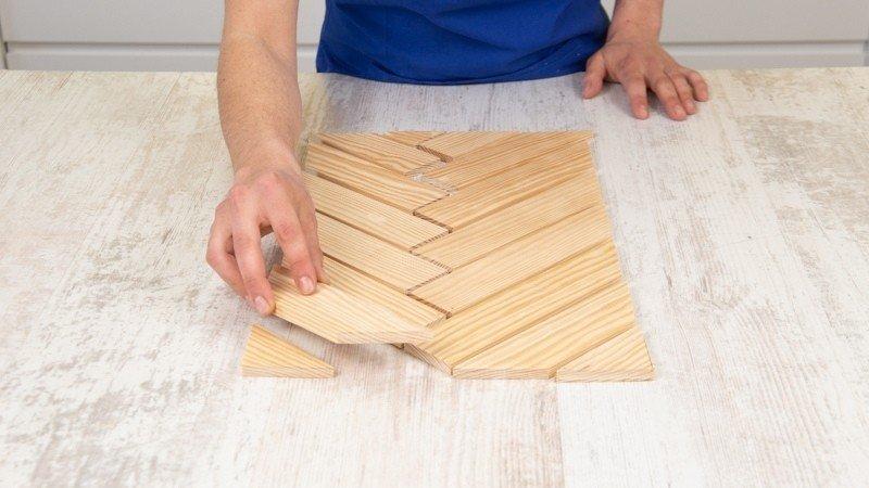 Piezas de la bandeja de madera colocadas para comprobar que encajan