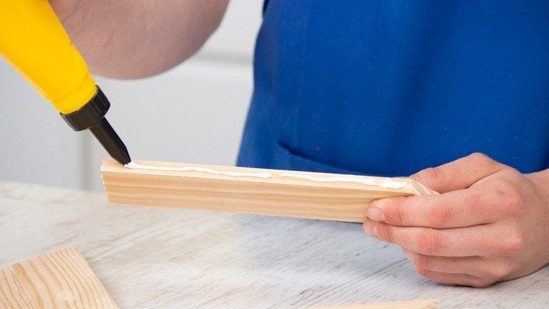 Cola blanca sobre el lateral estrecho de la pieza para pegar a otras partes de la bandeja
