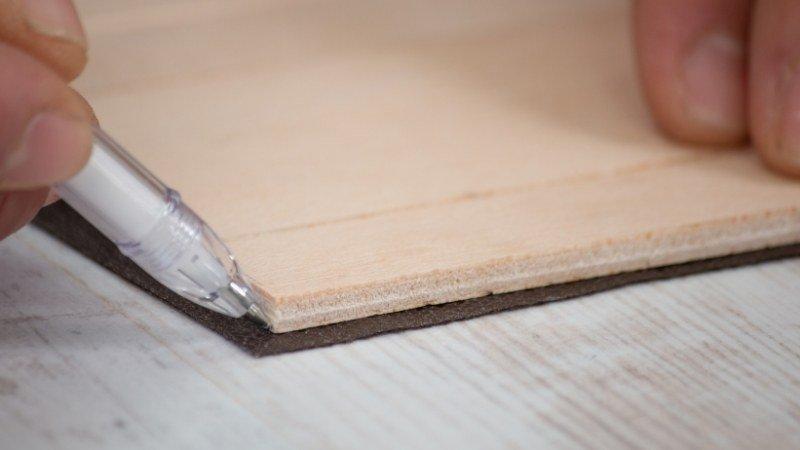 marcar con bolígrafo blanco el fieltro que reforzará la estructura flexible de la cajita para recortarlo acorde a las piezas