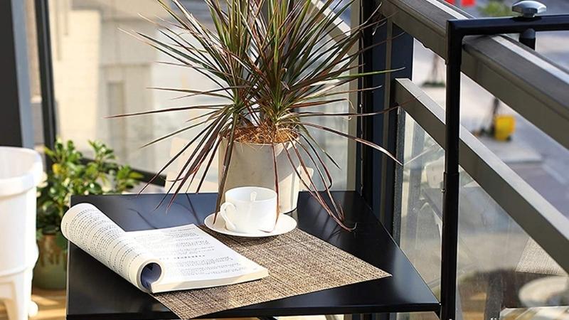 Orgnaiza tu terraza con esta mesa portátil para colocar los libros o el ordenador